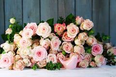 Ainda vida com muitas rosas para o dia de mães Fotografia de Stock Royalty Free