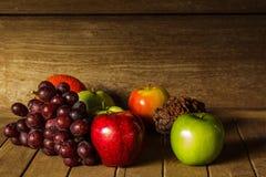 Ainda vida com na madeira completamente do fruto Imagens de Stock