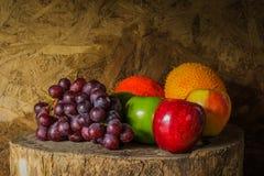 Ainda vida com na madeira completamente do fruto Fotografia de Stock Royalty Free