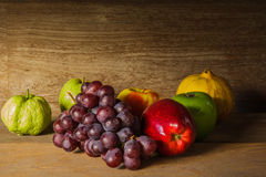 Ainda vida com na madeira completamente do fruto Foto de Stock Royalty Free