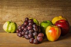 Ainda vida com na madeira completamente do fruto Fotografia de Stock