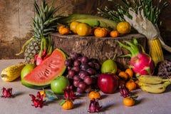 Ainda vida com na madeira completamente do fruto Fotos de Stock Royalty Free