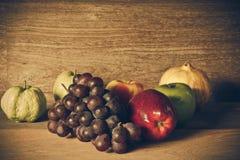 Ainda vida com na madeira completamente do fruto Imagem de Stock