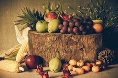 Ainda vida com na madeira completamente do fruto Fotos de Stock