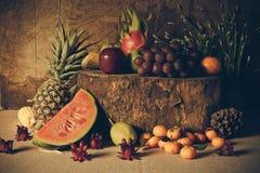 Ainda vida com na madeira completamente do fruto Foto de Stock