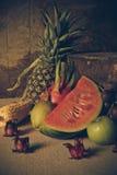 Ainda vida com na madeira completamente do fruto Imagem de Stock Royalty Free