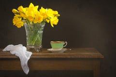 Ainda vida com narcisos amarelos Fotos de Stock Royalty Free