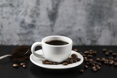 Ainda vida com o copo branco com café e os feijões de café deliciosos Foto de Stock Royalty Free