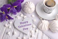 Ainda a vida com o copo da íris do zéfiro do marshmallow do coffe floresce o sinal do coração no fundo de madeira branco casament Imagens de Stock Royalty Free