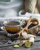ainda vida com o copo transparente do chá no fundo de madeira Fotos de Stock Royalty Free