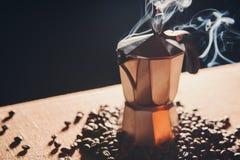 Ainda vida com o fabricante de café italiano e os feijões de café roasted Foto de Stock Royalty Free