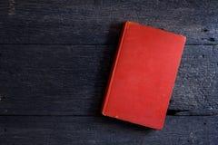 Ainda vida com o livro velho em de madeira Fotos de Stock Royalty Free