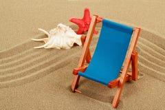 Ainda vida com o lounger do seashell, da estrela do mar e do sol Fotografia de Stock Royalty Free