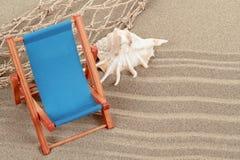 Ainda vida com o lounger do seashell e do sol Foto de Stock