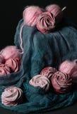 Ainda vida com o marshmallow da baga com clews cor-de-rosa no fundo escuro Fotografia de Stock Royalty Free