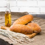 Ainda vida com o oi rústico caseiro dos pães integrais, do trigo e da azeitona Foto de Stock Royalty Free