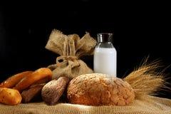 Ainda vida com o pão e o leite, iluminados pelo sol Imagens de Stock