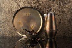 Ainda vida com o potenciômetro do café do vintage, os grãos de café e os copos de café Imagens de Stock Royalty Free