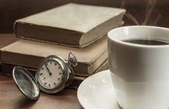 Ainda vida com o relógio de bolso velho, a xícara de café e os livros velhos sobre Fotografia de Stock Royalty Free