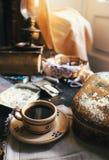 Ainda vida com os acessórios da costura da xícara de café e do vintage Fotos de Stock Royalty Free