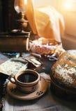 Ainda vida com os acessórios da costura da xícara de café e do vintage Foto de Stock Royalty Free