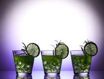 Ainda vida com os cocktail brilhantes coloridos no vidro, decorado com alecrins e cal Imagens de Stock