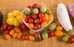 Ainda vida com os tomates, pimenta e beringelas diferentes da cor Imagens de Stock