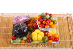 Ainda vida com os tomates, pimenta e beringelas diferentes da cor Imagem de Stock