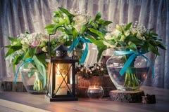 Ainda vida com os três ramalhetes e velas do casamento Foto de Stock
