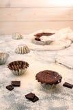 Ainda vida com os utensílios do queque e do cozimento do chocolate Imagem de Stock Royalty Free