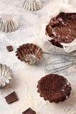Ainda vida com os utensílios do queque e do cozimento do chocolate Fotografia de Stock