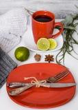 Ainda vida com os utensílios vermelhos no fundo branco Foto de Stock