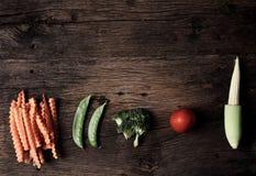 Ainda vida com os vegetais em de madeira Imagem de Stock