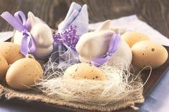 Ainda vida com ovos da páscoa e coelho Imagens de Stock