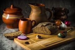 Ainda vida com pão caseiro e cerâmica Fotografia de Stock Royalty Free