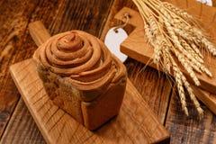 Ainda vida com pão de alho e os spikelets deliciosos frescos Pão caseiro bonito em uma placa de madeira textured Um combi bonito Imagem de Stock