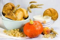 Ainda vida com pão, frutos e caneca Fotografia de Stock Royalty Free