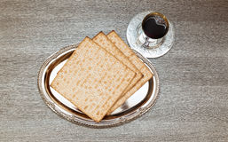 Ainda-vida com pão judaico do passover do vinho e do matzoh Imagens de Stock Royalty Free