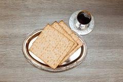 Ainda-vida com pão judaico do passover do vinho e do matzoh Imagem de Stock Royalty Free