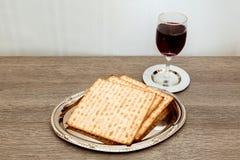 Ainda-vida com pão judaico do passover do vinho e do matzoh Imagens de Stock