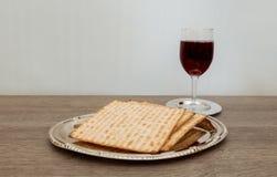 Ainda-vida com pão judaico do passover do vinho e do matzoh Fotografia de Stock Royalty Free