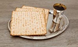 Ainda-vida com pão judaico do passover do vinho e do matzoh Fotos de Stock