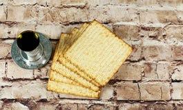Ainda-vida com pão judaico do passover do vinho e do matzoh Foto de Stock