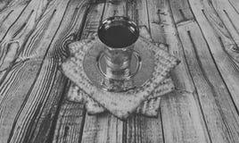 Ainda-vida com pão judaico do passover do vinho e do matzoh Fotos de Stock Royalty Free