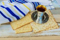 Ainda-vida com pão judaico do passover do vinho e do matzoh Foto de Stock Royalty Free