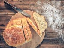 Ainda vida com pão no fundo da madeira velha naco de pão com fatias a ao lado da faca Dispersado no Imagem de Stock Royalty Free