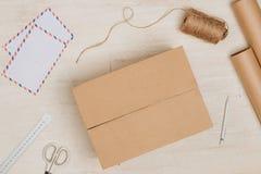 Ainda vida com pacote postal Caixa de cartão no backgroun de madeira Imagem de Stock Royalty Free