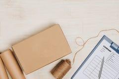 Ainda vida com pacote postal Caixa de cartão no backgroun de madeira Foto de Stock