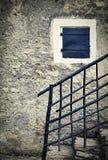 Ainda vida com a parede de pedra velha com trilhos Fotografia de Stock
