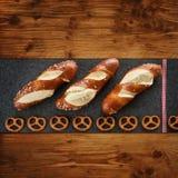 Ainda vida com pastelaria e pretzel de sal Imagens de Stock Royalty Free